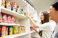 社内のお菓子コーナーは従業員が自由に運営しています