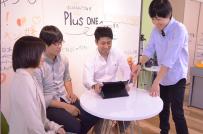 社内ミーティングは随時開催。発案者の立場に関わらず優れたアイディアであればすぐ採用へ。少数精鋭チームの魅力の一つです。