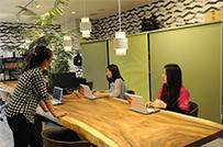 デスクフリーで自由なオフィス環境