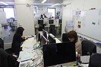 業務をとり仕切る業務管理部。<br />ほぼ全員が未経験からのスタート。